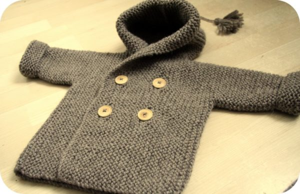 Display of the baby coat Le Manteau de Lino, a free knitting recipe for a garter stitch coat in size 9 / 12 months