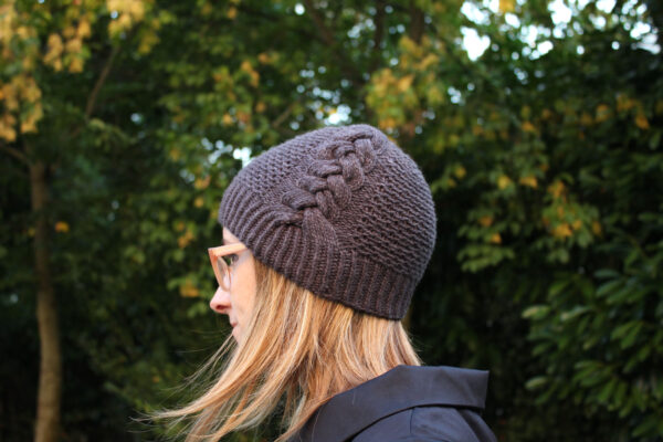 Display of the Back to Scholar hat, in its fitted version, a knitting pattern designed by Julie Partie