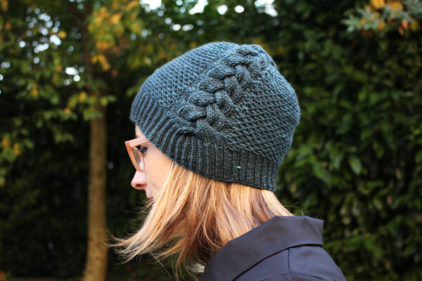 Display of the Back to Scholar hat, in its slouchy version, a knitting pattern designed by Julie Partie