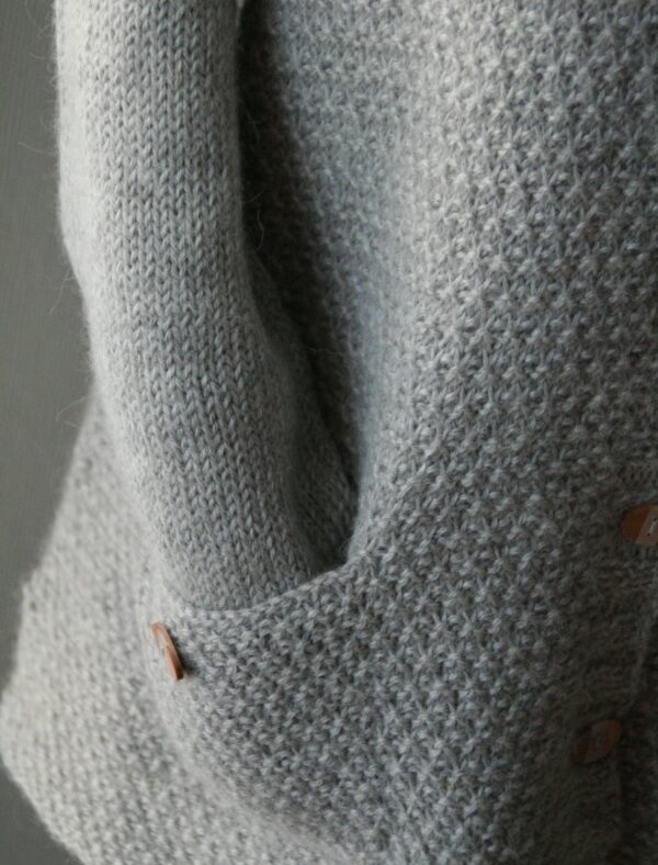 Zoom on the pockets of the Comfort Zone cardigan, a knitting pattern designed by Julie Partie for a comfortable cardigan with deep V-neck