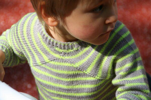 Présentationdu pull pour enfants Cool Summer, patron de tricot de Julie Partie pour un pull à rayures et emmanchures raglan