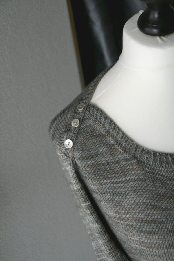 Gros plan sur le détail de l'emmanchure américaine boutonnée du pull Grand Large, patron de tricot de Julie Partie