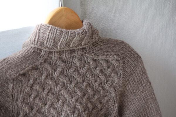 Gros plan sur les emmanchures marteau du pull pour enfants Gaston, patron de tricot de Julie Partie