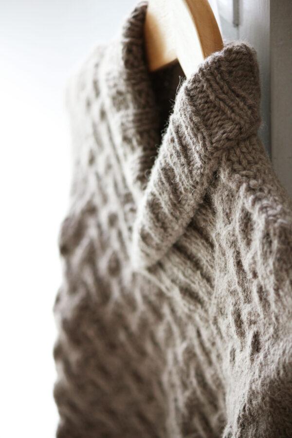 Gros plan sur le col châle du pull pour enfants Gaston, patron de tricot de Julie Partie