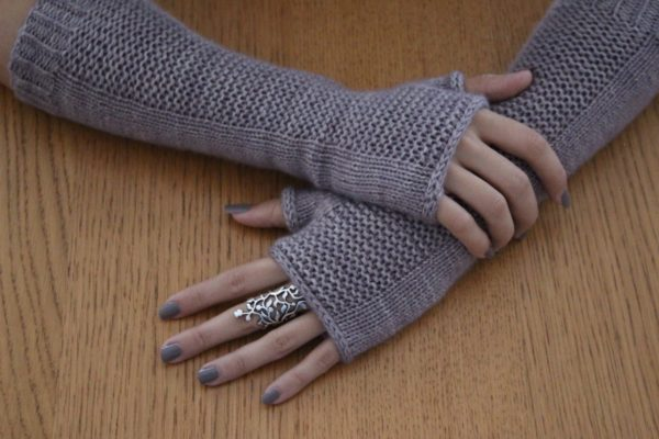 Display of the Heaven Mitts, a knitting pattern designed by Julie Partie