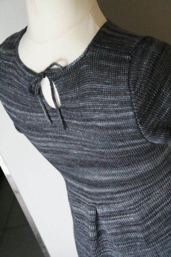 Présentation du dos avec fermeture par lien de la tunique pour femme Lisette de Julie Partie, patron de tricot pour un haut de forme peplum avec empiècement ajusté et jupe formée par plis creux