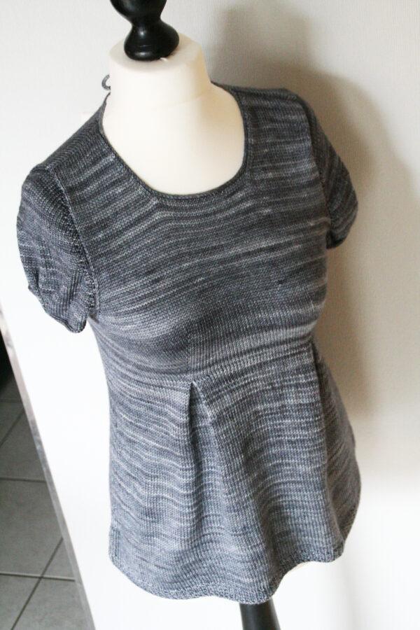 Présentation de la tunique pour femme Lisette de Julie Partie, patron de tricot pour un haut de forme peplum avec empiècement ajusté et jupe formée par plis creux