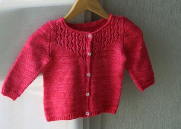 Présentation du gilet pour fille Little Trellis de Julie Partie, patron de tricot pour un cardigan intemporel boutonné à empiècement dentelle