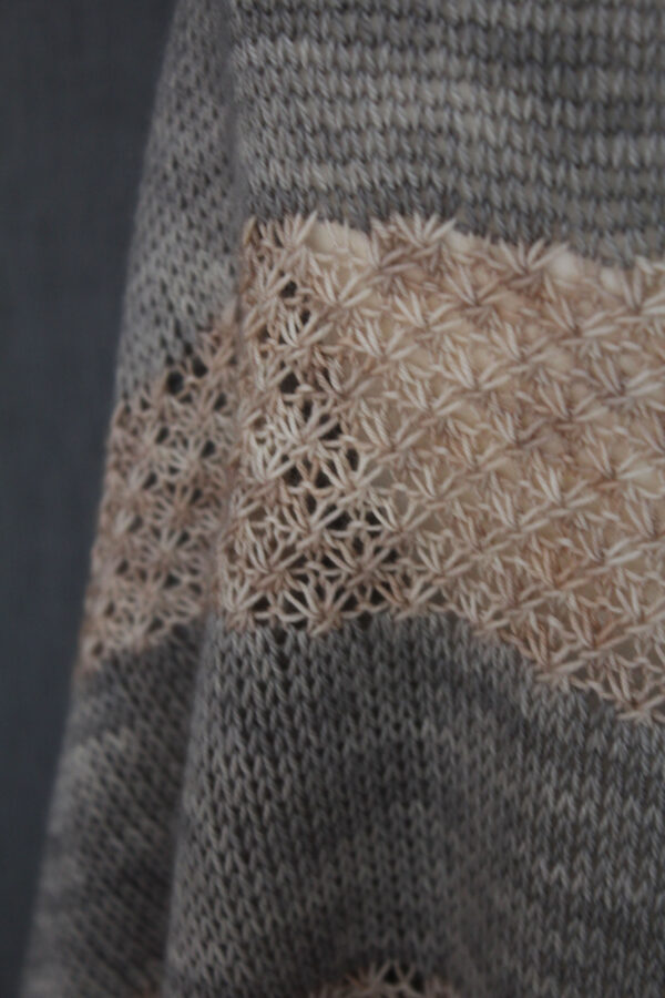 Zoom on the lace star stitch of the Soften shawl, knitting pattern designed by Julie Partie
