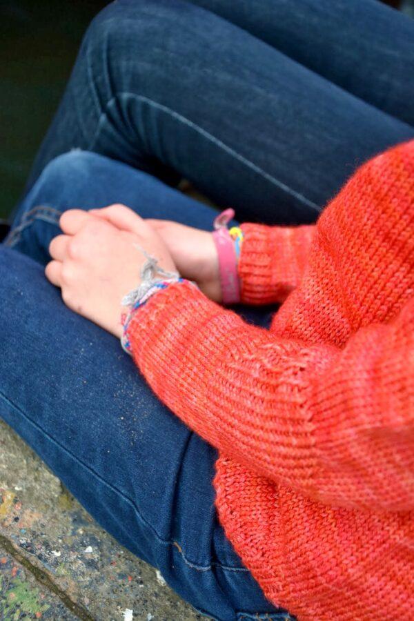 Gros plan sur le détail de coudière texturée du pull pour enfant Petit Large, patron de tricot de Julie Partie