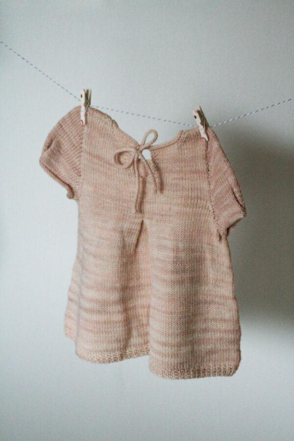 Présentation du dos du modèle Petite Lisette, patron de tricot de Julie Partie avec encolure à nouer