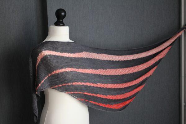 Présentation du châle Soften, patron de tricot de Julie Partie, pour un châle bicolore à alternance de jersey et dentelle