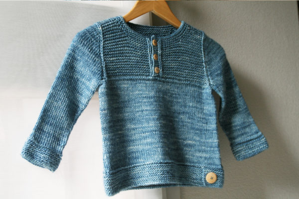 Display of the children sweater Thistle, a knitting pattern designed by Julie Partie