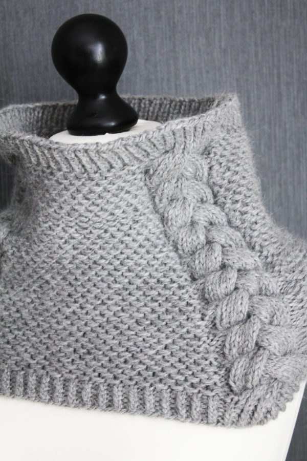 Présentation du col Back to Scowl, patron de tricot de Julie Partie pour un col simple avec point texturé et torsades