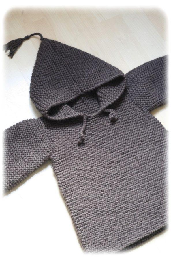 Présentation d'un pull type burnou à capuche pour bébé, patron de tricot gratuit taille 2 ans au point mousse