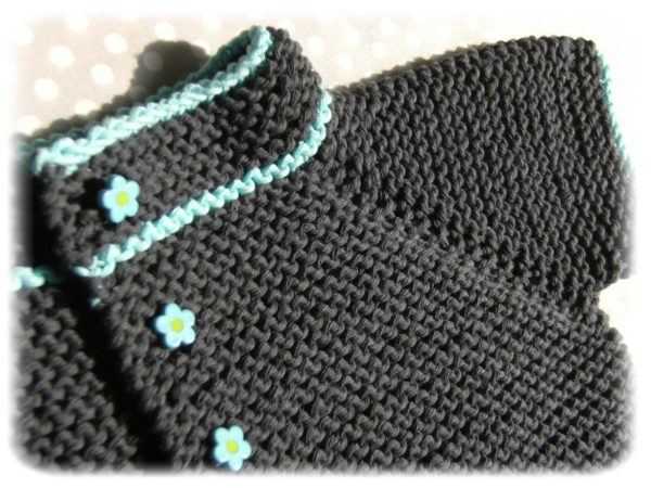 Présentation d'un petit gilet de bébé à manches raglan au point mousse, patron de tricot taille 1 an gratuit
