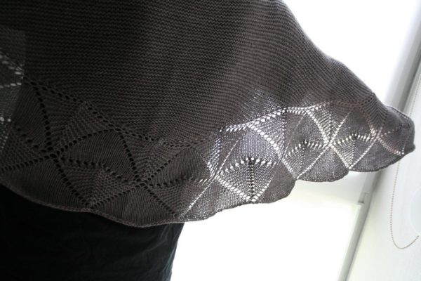 Zoom on the lace edging of the Swinging Triangles shawl, a knitting pattern designed by Julie Partie