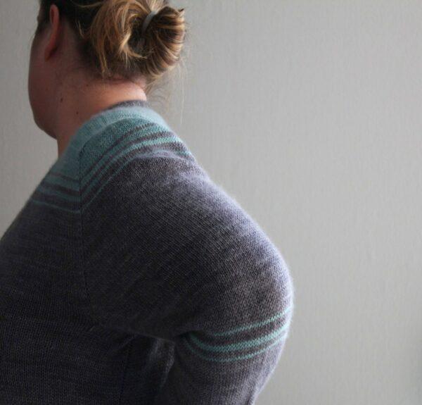 """Présentation du cardigan Oh Bello de Julie Partie, patron de tricot pour un gilet rayé forme """"boyfriend"""" à poches et ourlet contrastant"""
