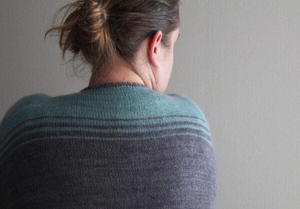 """Dos du gilet Oh Bello de Julie Partie, patron de tricot pour un cardigan style """"boyfriend"""" à rayures"""