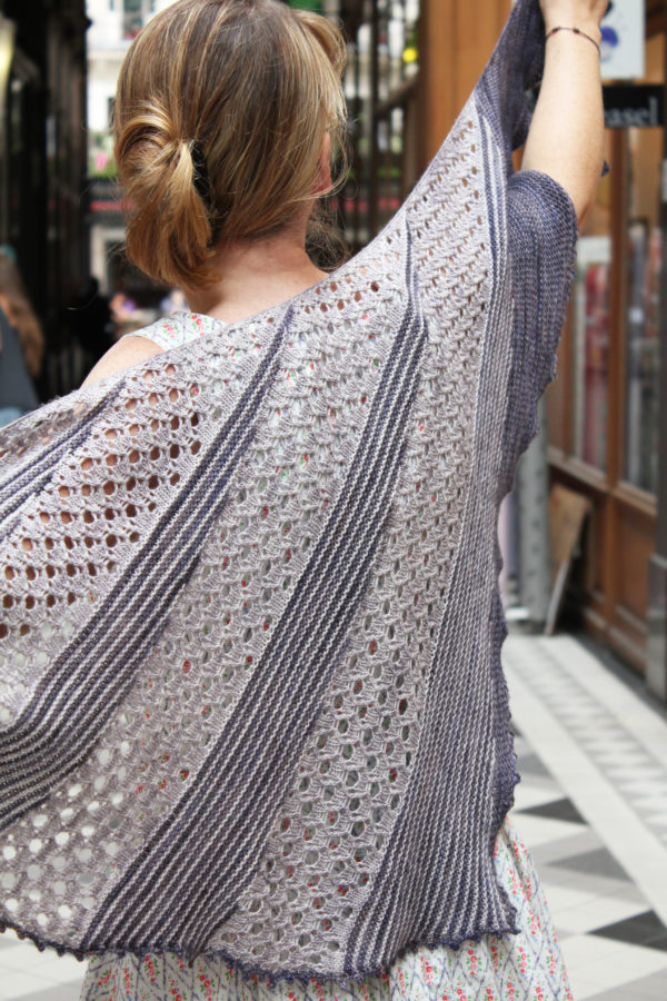 Display of the Lil & Love shawl, a knitting pattern designed by Julie Partie