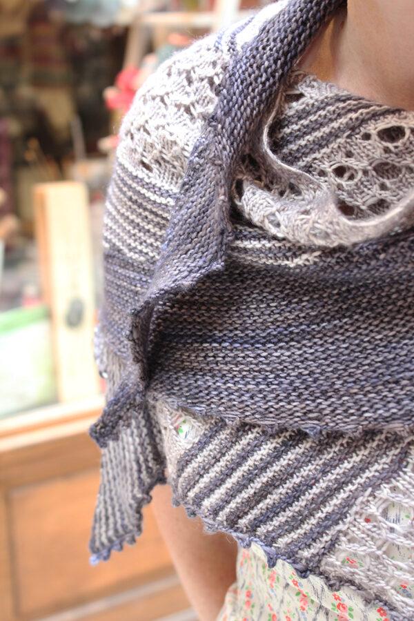 Gros plan sur les sections de dentelle et rayures alternées du châle Lil & Love, patron de tricot designé par Julie Partie