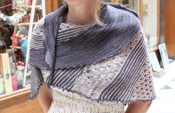 Présentation du châle Lil & Love, patron de tricot de Julie Partie pour un châle alternant rayures et dentelle