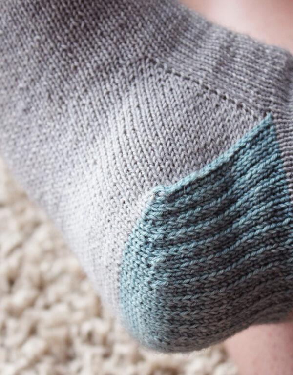 Gros plan sur le talon des chaussettes Suzette, patron tutoriel de tricot pour débutant.e de Julie Partie pour apprendre à tricoter ses premières chaussettes