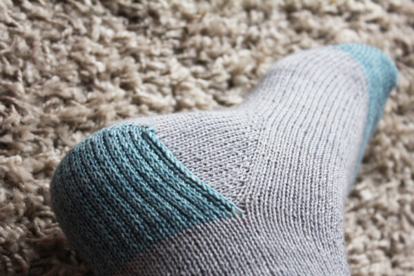 Zoom on the heel of the Suzette socks, a detailed tutorial for beginning sock knitters by Julie Partie