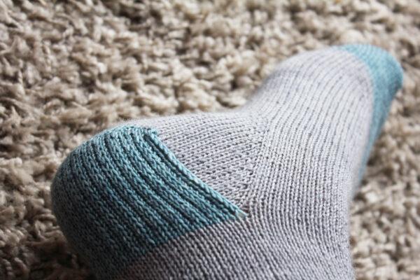 Présentation des chaussettes Suzette, patron tutoriel de tricot pour débutant.e de Julie Partie pour apprendre à tricoter ses premières chaussettes