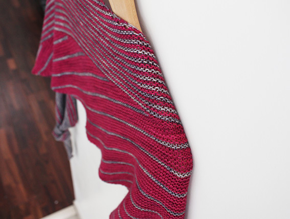Display of the Different Ways shawl, a pattern designed by Julie Partie to knit a large two-colour striped shawl