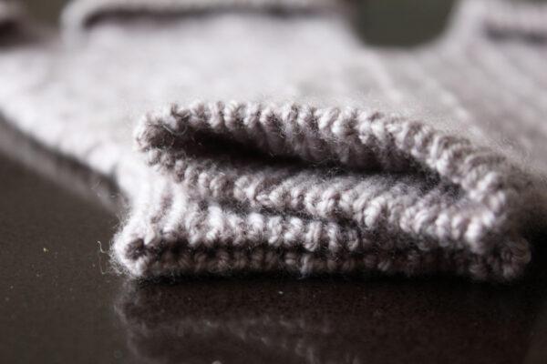 Gros plan sur le rang de montage en côtes des mitaines Coralie's Mitts, patron de tricot par Julie Partie