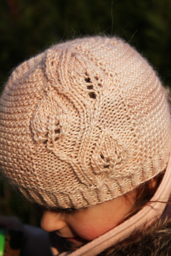 Display of the A Leaf Falls hat, a knitting pattern designed by Julie Partie
