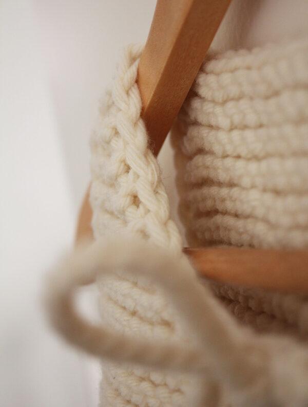 Gros plan sur la finition du col du gilet de berger Lil Shepherd, patron de tricot créé par Julie Partie