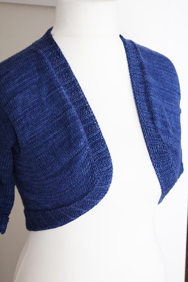 Zoom on the front of the Grande Fille Modèle shrug, a knitting pattern designed by Julie Partie