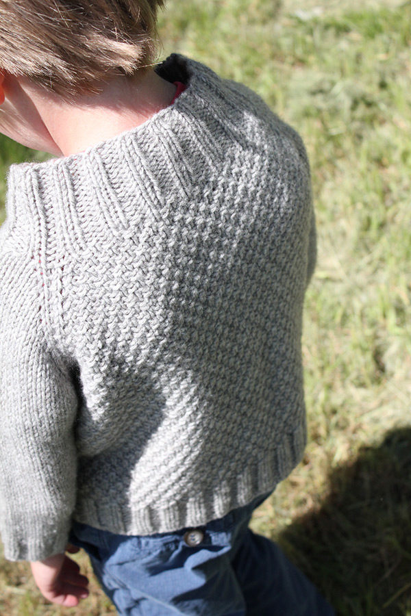 Zoom on the textured back of the Joseph cardigan, a knitting pattern designed by Julie Partie