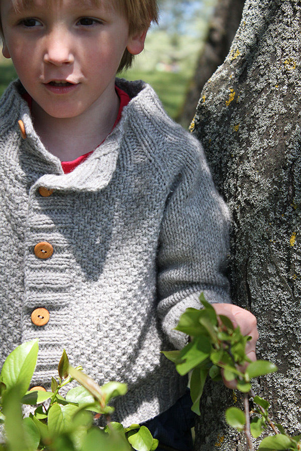 Zoom on the textured front of the Joseph cardigan, a knitting pattern designed by Julie Partie