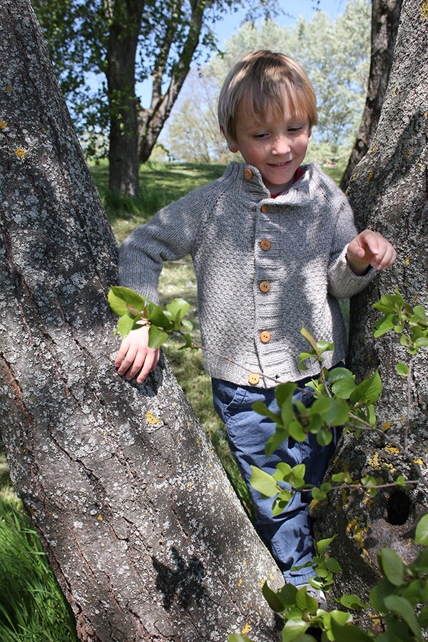 Display of the Joseph cardigan, a knitting pattern designed by Julie Partie for a timeless yet modern children cardigan