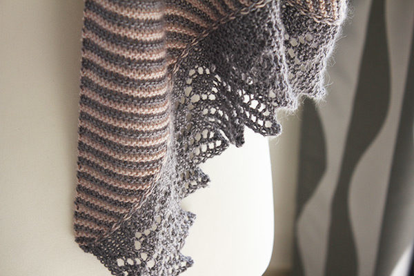 Zoom on the lace border of the Setina shawl, a knitting pattern designed by Julie Partie