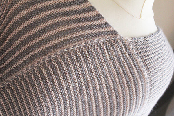 Zoom on the stripe body of the Setina shawl, a knitting pattern designed by Julie Partie