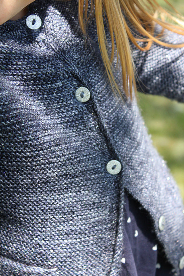 Zoom on the buttoning band of the Starlette cardigan, a knitting pattern designed by Julie Partie