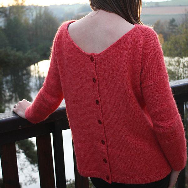Présentation du pull ou gilet Sur Un Nuage de Julie Partie, à tricoter avec du mohair ou de l'alpaga soufflé, avec boutonnage et décolleté devant ou dos selon vos envies