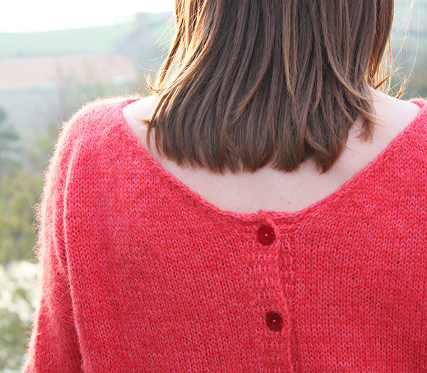 Zoom on the back neckline finishes of the knitting pattern Sur un Nuage, a mohair sweater designed by Julie Partie