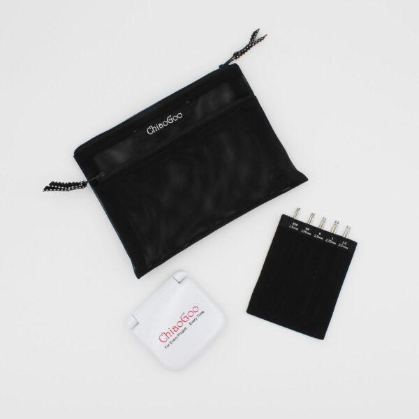 Présentation du kit Mini Twist de ChiaoGoo, avec pochette en nylon noire, boîte d'accessoires fermée et pointes interchangeables
