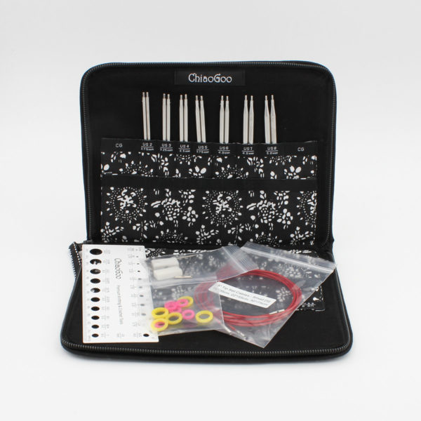Kit d'aiguilles interchangeables ChiaoGoo Twist Red Lace, les pointes sont rangées dans la pochette noire et blanche ouverte et les câbles et accessoires sont présentés emballés