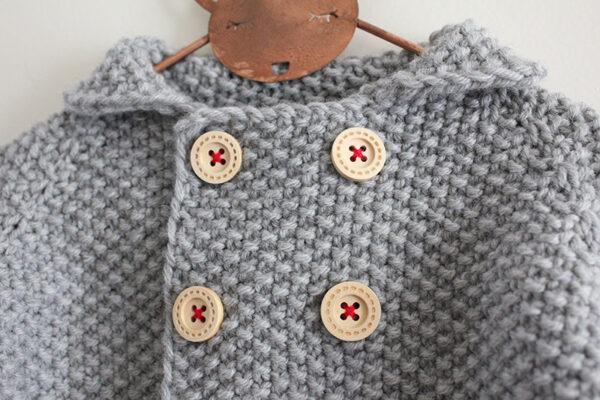 Gros plan sur le boutonnage et le col du gilet pour bébé Camille de Julie Partie