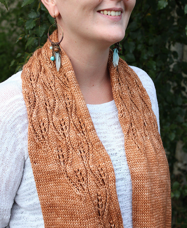 Display of the Aloha cowl, knitting pattern designed by Julie Partie for a light-weight snood with a leaves lace