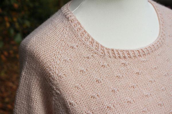 Gros plan sur l'encolure du pull Mollie de Julie Partie tricoté en Semilla de BC Garn coloris Nude