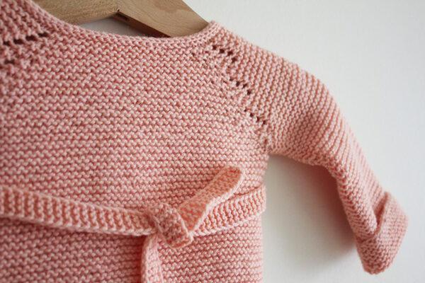 Gros plan sur les détails de dentelle et de la ceinture du patron de brassière pour bébé Madeline de Julie Partie