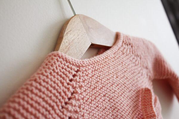 Gros plan sur le détail de dentelle de la brassière pour bébé Madeline, patron de tricot créé par Julie Partie
