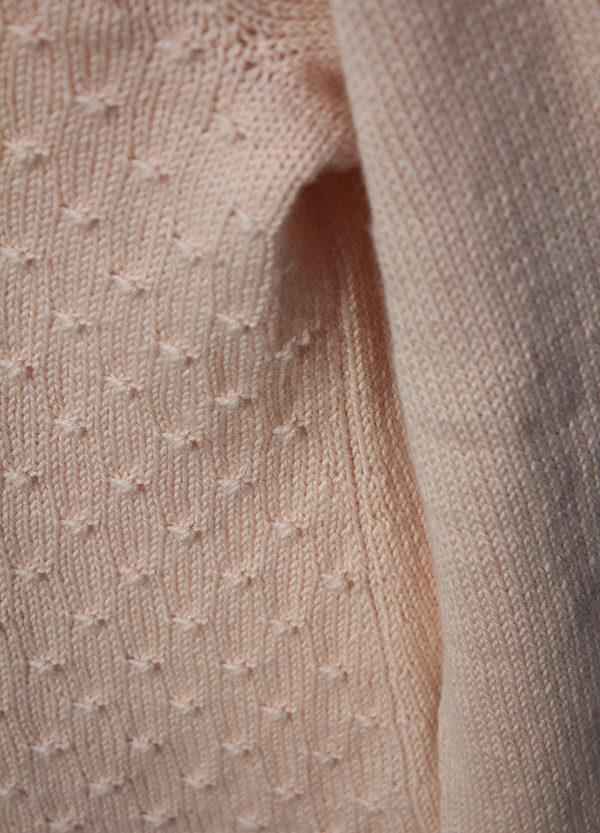 Gros plan sur le point flocon et la fausse couture sur le côté du pull Mollie de Julie Patron